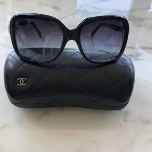 CHANEL sunglasses with white bow detail